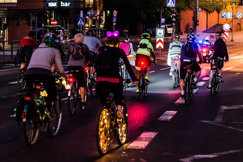 Kolorowe rowery nocą