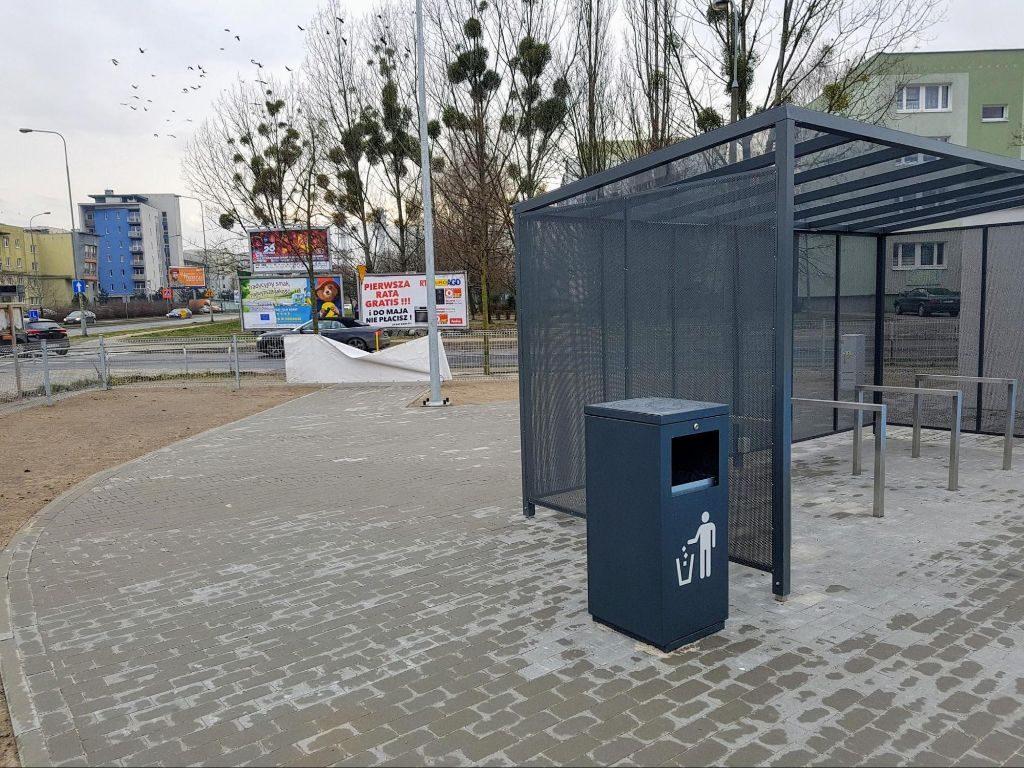 wiata rowerowa na Park&Ride Szymanowskiego bez drogi dla rowerów prowadzącej na teren parkingu